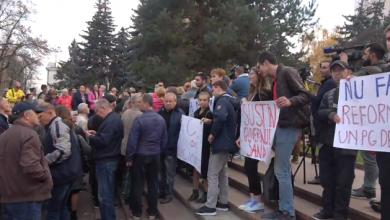 """Photo of video   Susținătorii Maiei Sandu s-au adunat în fața Parlamentului. Manifestanții scandează """"Dodon trădător"""""""