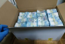 Photo of Șoferul vehiculului în care au fost găsite cutiile pline cu euro, plasat în arest. Ce pedeapsă riscă?