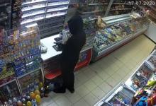 Photo of Și-a pus masca și cagula, a amenințat vânzătoare cu arma și a sustras toți banii din casa unui magazin. Bărbatul din imagini, căutat de Poliție