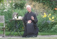 Photo of video | A vrut ceva gustos, dar a devenit vedetă! Reacția unui preot atunci când o pisică îi bea laptele în timpul predicii