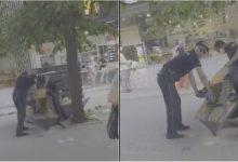 Photo of video | Doi ofițeri, filmați în timp ce rețineau un bărbat pe o stradă din Chișinău, au fost criticați de trecători. Reacția Poliției