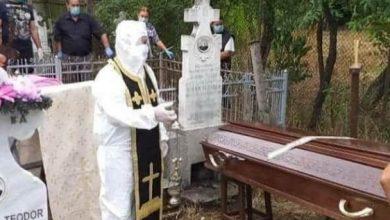 Photo of Conform tradițiilor, dar în siguranță! Un preot a oficiat slujba de înmormântare a unei persoane decedate din cauza coronavirusului în costum de protecție