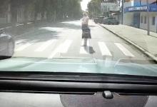 Photo of video   Accident în centrul capitalei. O mamă cu bebelușul în brațe, la un pas de a fi lovită de mașină