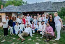 Photo of Mai mulți artiști s-au întâlnit cu Dodon la Butuceni. Aceștia spun că au fost invitați pentru un spot și nu știau că va veni președintele