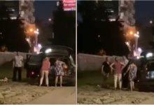 Photo of video | Cât cetățenii dorm, Chișinăul rămâne fără pavaj. Momentul în care patru femei ar fura bucăți de trotuar din scuarul Kiev