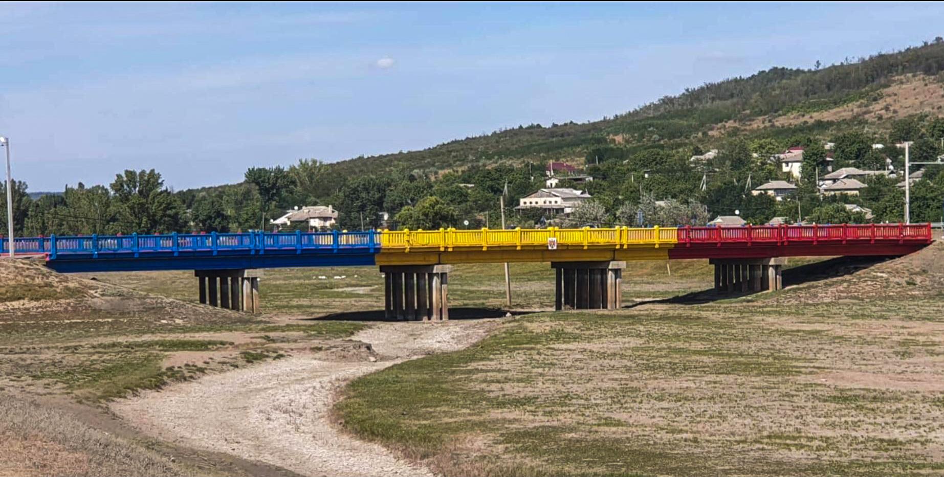 Photo of foto | Cadou pentru Moldova! Cinci fântâni renovate, iar podul de la Leușeni – vopsit în culorile tricolorului de polițiștii de frontieră
