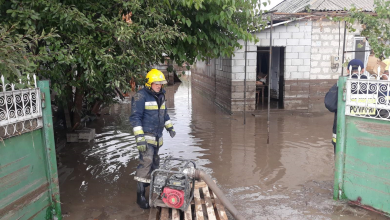 Photo of video | Mai mulți localnici din Comrat încă nu se pot reîntoarce acasă din cauza inundațiilor. Pompierii au creat Statut Major