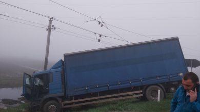 Photo of foto | Sute de persoane au rămas fără curent electric după ce un camion s-a izbit de un pilon electric. Șoferul ar putea fi obligat să achite prejudiciile