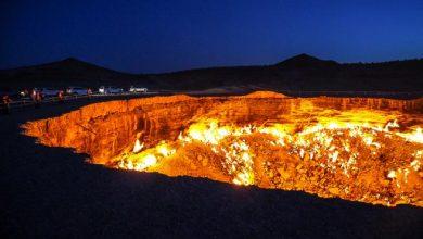 """Photo of Ar fi trebuit să se stingă într-o săptămâna, însă arde de cinci decenii. """"Porțile iadului"""" – un crater imens incendiat de sovietici"""