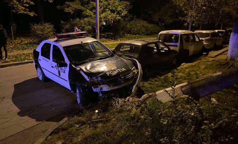 Photo of O mașină a Poliției s-a izbit de un pilon la Botanica. Oamenii legii urmăreau o motocicleta care ar fi circulat neregulamentar