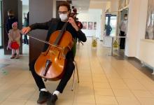 Photo of video | Votare pe note muzicale. Un violoncelist moldovean a ținut un concert pentru alegătorii din Brașov