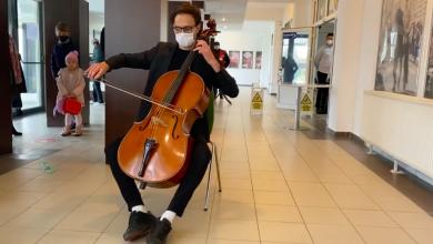 Photo of video   Votare pe note muzicale. Un violoncelist moldovean a ținut un concert pentru alegătorii din Brașov