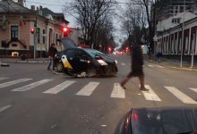 Photo of Accident în centrul capitalei. O ambulanță și un taxi s-au ciocnit într-o intersecție