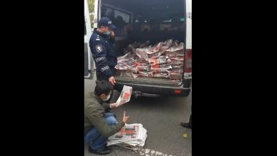Photo of video | Scandalul de la tipografia Universul. Polițiștii numără, de față cu câțiva deputați, ziarele electorale ale Igor Dodon
