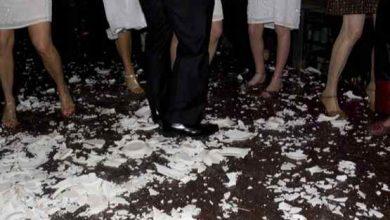 Photo of Unii ciocnesc cupe de șampanie, pe când alții sparg farfurii. Șapte tradiții ciudate de Revelion din diferite țări ale lumii