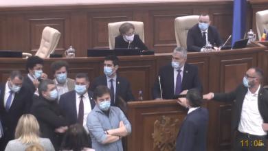 Photo of foto | Opoziția a blocat tribuna Parlamentului, după ce nu a reușit excluderea unor proiecte de pe ordinea de zi