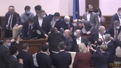 Photo of foto | Situație fără precedent. Zeci de deputați s-au îmbrâncit și s-au împins la tribuna și în prezidiul Parlamentului