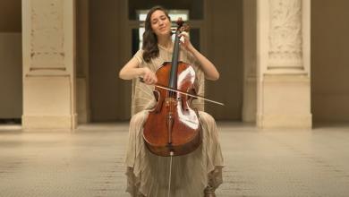 """Photo of video   O violoncelistă a transformat muzeele pustii în spații de """"artă vindecătoare"""""""