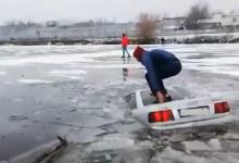 Photo of video | S-a scăldat cu tot cu mașină de Bobotează! Momentul în care un moldovean sare de pe vehicul înainte ca acesta să se scufunde