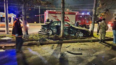 Photo of foto | Seară de groază pentru un șofer din capitală. Mașina în care se afla a fost grav avariată după ce s-a izbit de un copac