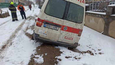 Photo of foto, video | Zăpada deja dă bătăi de cap? O ambulanță a rămas blocată în nămeți