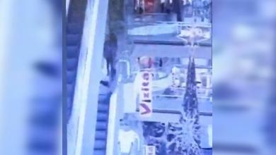 Photo of video | Un filmuleț pe TikTok l-ar fi putut costa viața. Un tânăr a căzut în gol într-un mall din Chișinău
