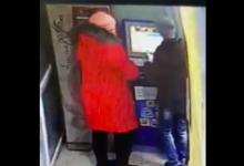 Photo of video | Bătută în văzul lumii pentru că nu s-ar fi descurcat cu achitarea la terminal. Scena în care o copilă este agresată de mama sa