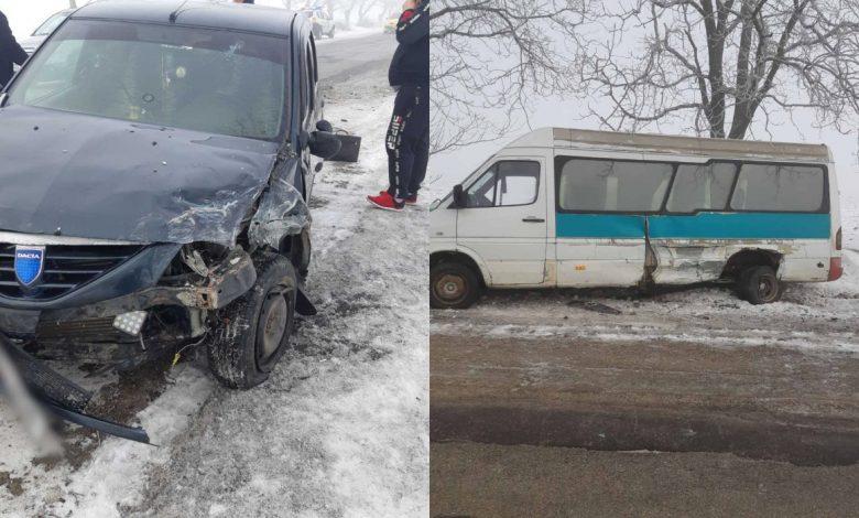 Photo of foto | Un microbuz cu pasageri a ajuns în șanț după ce a fost lovit de o mașină pe contrasens. Două persoane, traumatizate