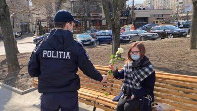 Photo of foto | Au lăsat amenzile la o parte și au împărțit flori. Poliștii din capitală au felicitat femeile