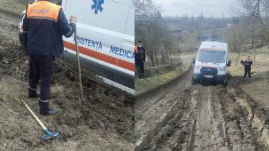 """Photo of Pe """"drumurile bune"""", ambulanțele se împotmolesc în noroi. Un echipaj de medici, nevoit să deblocheze vehiculul la Șoldănești"""