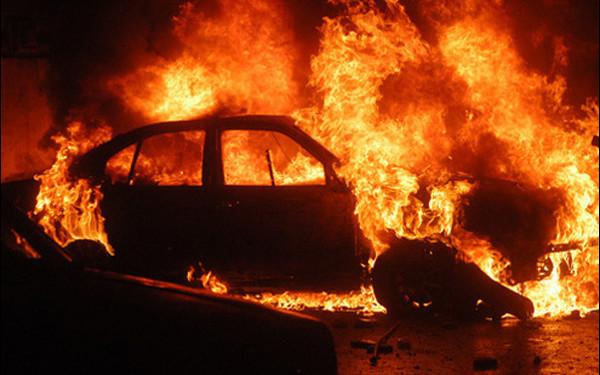 Photo of Au ars ca torța! Patru mașini, cuprinse de flăcări noaptea într-o suburbie a capitalei