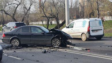 Photo of video | Două automobile, grav avariate pe strada Albișoara din capitală. Bucăți din vehicule s-au împrăștiat pe carosabil