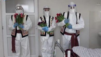 Photo of video | Medicii unui spital din capitală au îmbracat haine tradiționale peste combinezoane și au împărțit flori pacientelor
