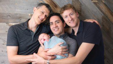 """Photo of Premieră mondială în SUA: Trei tați, înscriși în certificatul de naștere al unui copil. """"Nu este mare lucru"""""""