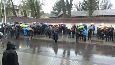 Photo of live | Slusari, la ușa Curții Constituționale. Gălăgie în fața instituției, unde s-au adunat zeci de oameni