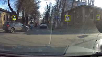 Photo of video | La un pas de nenorocire. Un șofer a lovit o femeie cu un cărucior chiar pe trecerea de pietoni