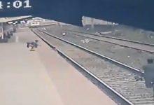 Photo of video | Un angajat al căilor ferate și-a riscat viața pentru a salva un copil căzut pe șine. Momentul, surprins de camere