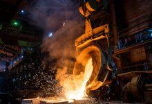 Photo of Un bărbat a sărit într-un furnal cu oțel încins după ce a aflat că a pierdut la bursă