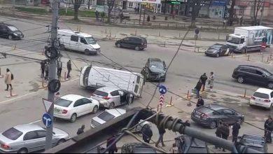 Photo of video | Grav accident la Botanica. Un microbuz s-a răsturnat în urma impactului cu o altă mașină