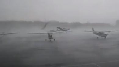 Photo of video | Scene de groază pe un aeroport! Momentul în care câteva avioane sunt ridicate de tornadă