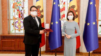 """Photo of foto   Peter Michalko, decorat cu """"Ordinul de Onoare""""  de către Maia Sandu:""""Are merite deosebite în promovarea valorilor europene în țara noastră"""""""