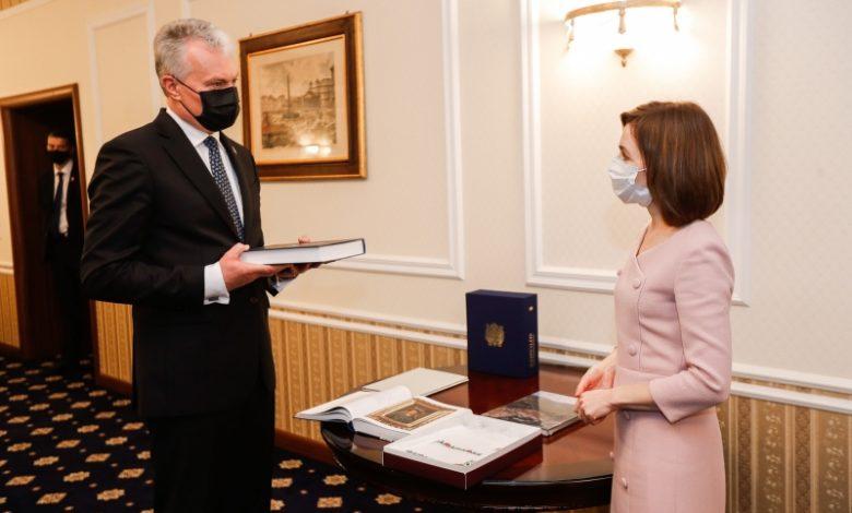Photo of Schimb de cadouri prezidențiale. Ce și-au oferit Sandu și Nauseda după întrevederea de la Chișinău?