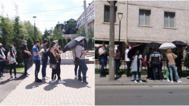 Photo of foto | Cozi impresionante la centrul de vaccinare de la Mălina Mică. Oamenii, în rând cu umbrele și chipiuri pentru se proteja de soare
