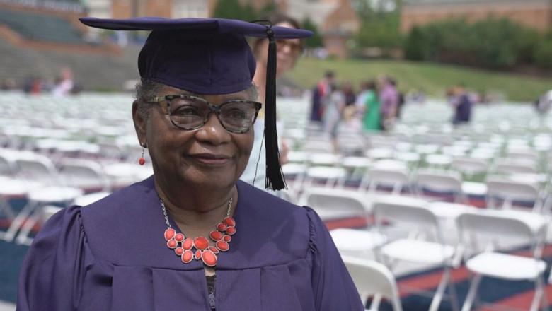 Photo of Strănepoții au însoțit-o la ceremonia de absolvire! O femeie care a luat diploma de licență la 78 de ani vrea să facă masteratul