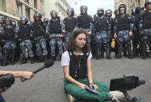 """Photo of Rusia: Activista care le-a citit Constituția jandarmilor veniți să reprime proteste, condamnată la doi ani de """"libertate limitată"""""""