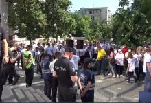 Photo of live | Curtea de Apel examinează hotărârea CEC privind secțiile de votare în străinătate. În fața instanței s-au adunat manifestanți