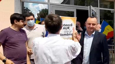 Photo of video   Au protestat și au lipit afișe AUR la sediul PSRM, după care au intonat imnul României acasă la Dodon