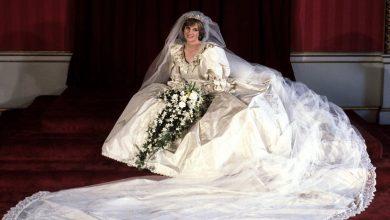 Photo of Curioșii o pot admira și examina de aproape. Rochia de mireasă a prințesei Diana, expusă pentru prima dată la Londra