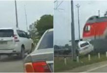 Photo of video | Momentul în care un Land Cruiser e spulberat de tren. Două persoane au murit, iar una e în stare gravă