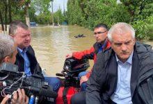 Photo of Inundații în Crimeea: Liderii ruși în barcă, dar salvatorii – în apă, în spatele lor